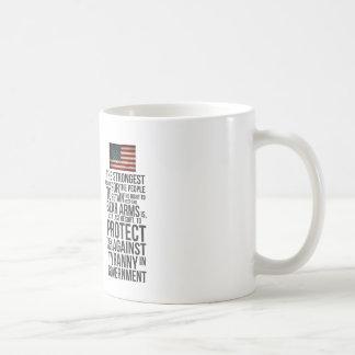 Derecho llevar los brazos taza de café