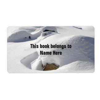 Derivas de la nieve sobre rocas etiquetas de envío