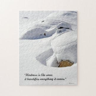 Derivas de la nieve sobre rocas puzzle
