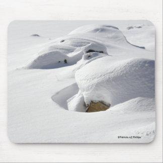 Derivas de la nieve sobre rocas tapete de ratones