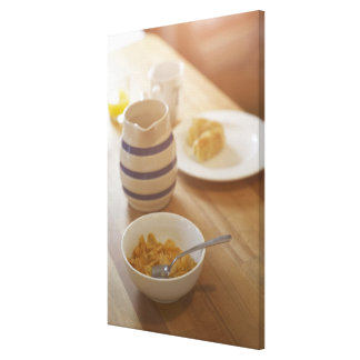 Desayuno comido mitad en la tabla de cocina impresion de lienzo