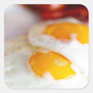 Desayuno de los huevos fritos pegatina cuadrada