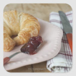 Desayuno francés con el croissant pegatina cuadrada