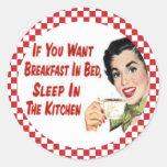 Desayuno retro feliz en pegatinas del ama de casa etiqueta redonda