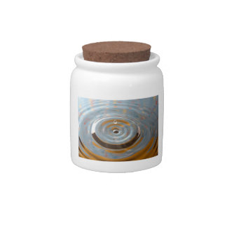 Descenso amarillo y azul del agua del confeti jarra para caramelo