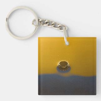 Descenso azul y amarillo del agua llavero cuadrado acrílico a doble cara