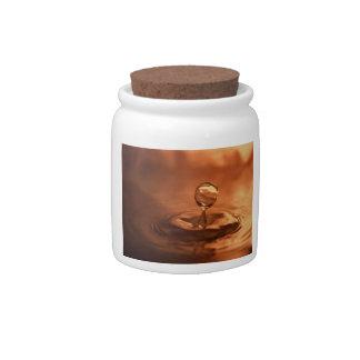 Descenso bonito del agua jarra para caramelo