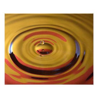 Descenso cardinal del agua del rojo y del oro impresión fotográfica
