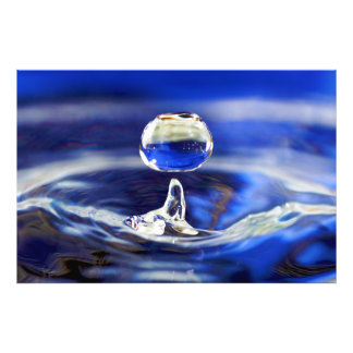 Descenso de la gota de agua fresca del agua azul arte con fotos