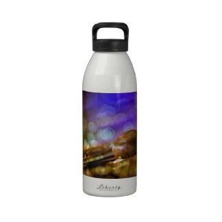 Descenso del agua botella de agua reutilizable