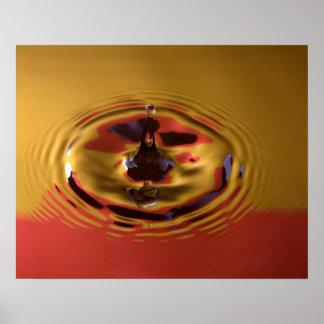 Descenso del agua amarilla y roja poster