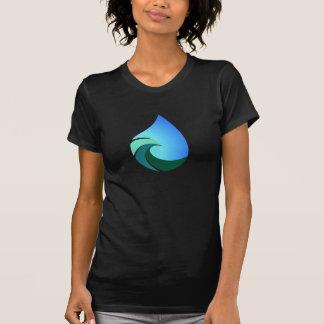 Descenso del agua de la onda esta camiseta salada