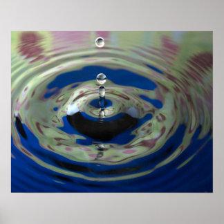 Descenso del agua del verde azul y de la púrpura poster