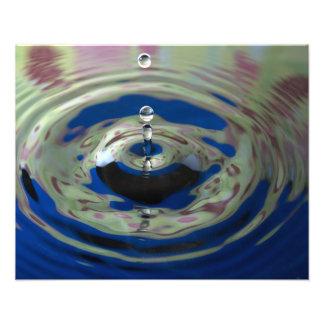 Descenso del agua del verde azul y de la púrpura foto