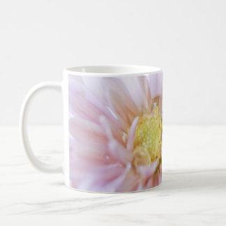 Descenso en colores pastel de la flor y del agua tazas de café