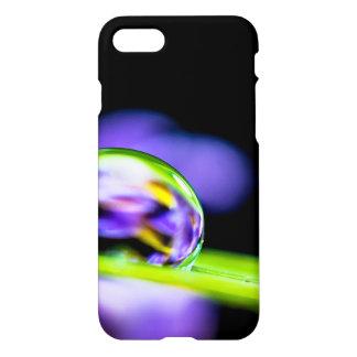 Descenso macro del agua en la flor de la púrpura funda para iPhone 7