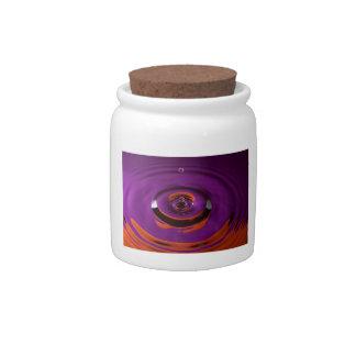 Descenso púrpura y anaranjado del agua platos para caramelos