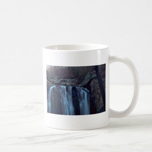 Descenso recto en trayectoria del agua tazas de café