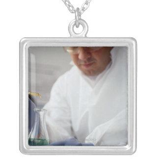 Descensos de medición del químico en un frasco colgante personalizado