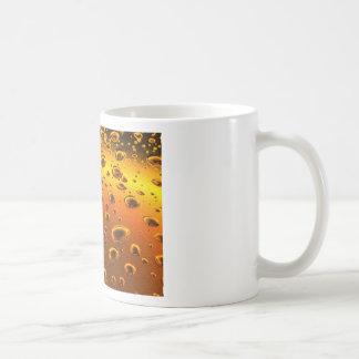 descensos de oro en superficie metálica taza