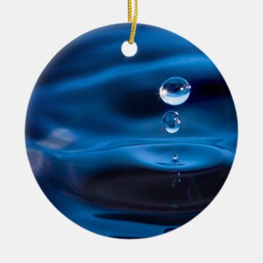 Descensos del agua azul adorno navideño redondo de cerámica