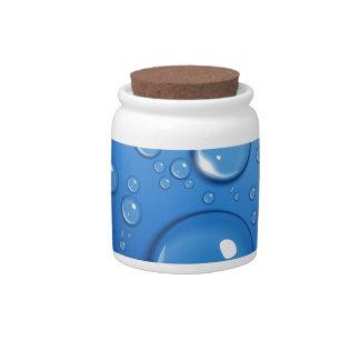 Descensos del agua en azul platos para caramelos