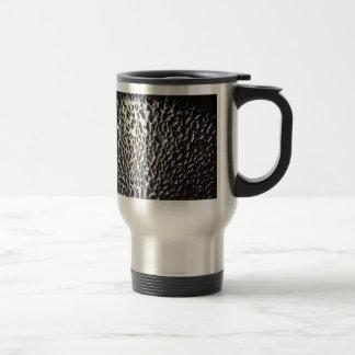 descensos del agua en el metal cepillado tazas de café