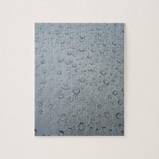 Descensos del agua en la ventana, fondo del papel rompecabeza con fotos