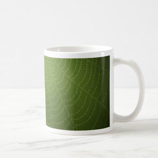Descensos del agua en una tela de araña (verde) taza