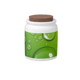 Descensos del agua en verde jarras para caramelos