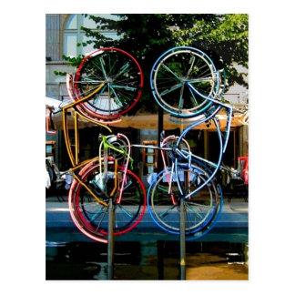Descripción Robert Rauschenberg que monta las bici Postales