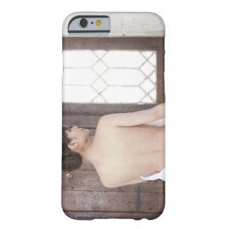 Descubra detrás de mujer joven funda de iPhone 6 barely there