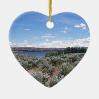 Desertscape con el río adorno navideño de cerámica en forma de corazón