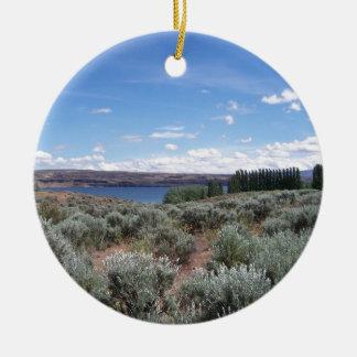 Desertscape con el río adorno navideño redondo de cerámica