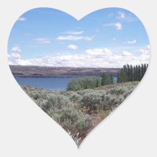 Desertscape con el río pegatina en forma de corazón