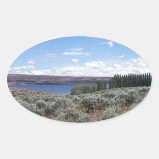 Desertscape con el río pegatina ovalada
