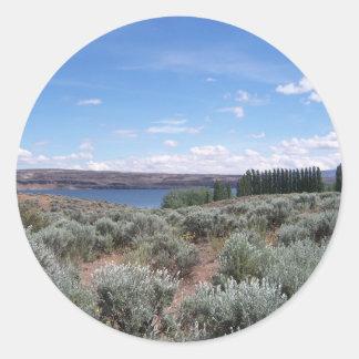Desertscape con el río pegatina redonda