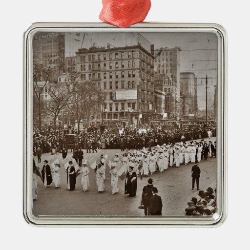 Desfile 1912 del sufragio de las mujeres adorno navideño cuadrado de metal