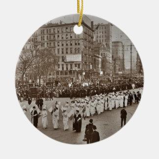 Desfile 1912 del sufragio de las mujeres adorno navideño redondo de cerámica