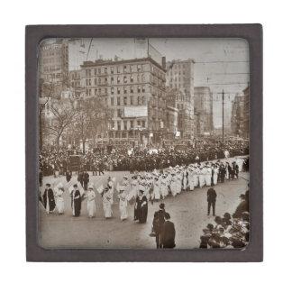 Desfile 1912 del sufragio de las mujeres caja de regalo de calidad