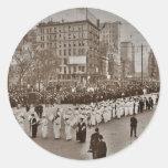 Desfile 1912 del sufragio de las mujeres pegatinas redondas