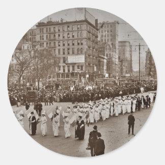 Desfile 1912 del sufragio de las mujeres pegatina redonda