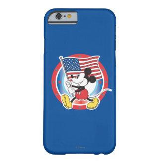 Desfile de Mickey Mouse con la bandera de los Funda De iPhone 6 Barely There
