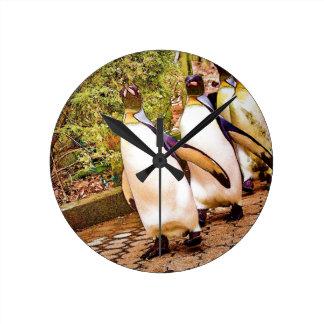 Desfile del pingüino reloj redondo mediano