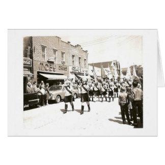 Desfile del vintage en la calle principal tarjeta de felicitación
