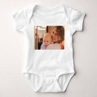 Desgaste de encargo del bebé de la foto poleras