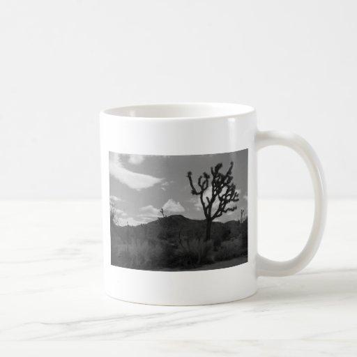 Desierto negro y blanco taza básica blanca