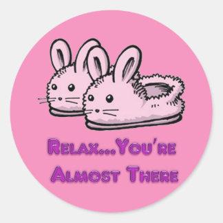 Deslizadores rosados lindos, cómodos del conejo de pegatina redonda