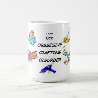 Desorden que hace a mano obsesivo taza de café