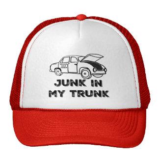Desperdicios del drogadicto de la venta de garaje gorras de camionero